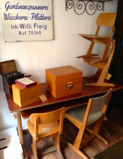 Alte Schulstühle und -tische
