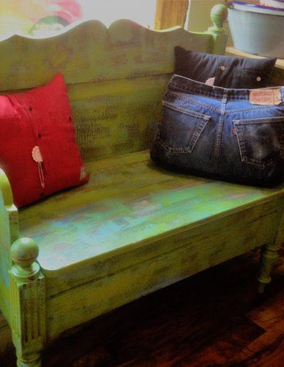 Sitzbank bunt lackiert