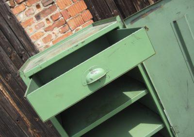 Grünes Metallschränkchen