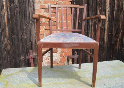 Holzstuhl mit Armlehnen gepolstert