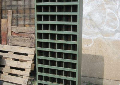 Grünes Metallregal im Industriestyle