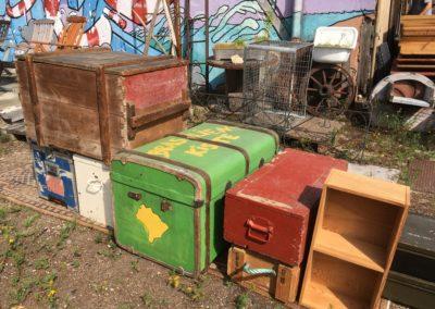 Holzkisten und Reisekoffer